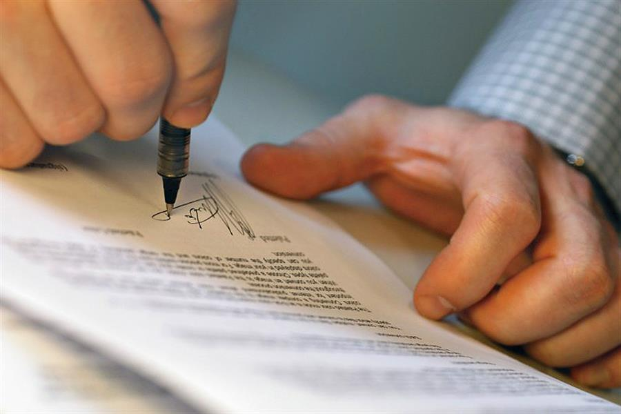 С заработной платы работника взыскать по постановлению суд/приставов